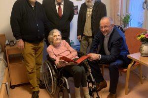 Ehrung von Kläre Schnorbus: Kläre Schnorbus (Mitte), Axel Schäfer (rechts), Jens Matheuszik (mittig hinter ihr), Dieter Baier (links hinter ihr)