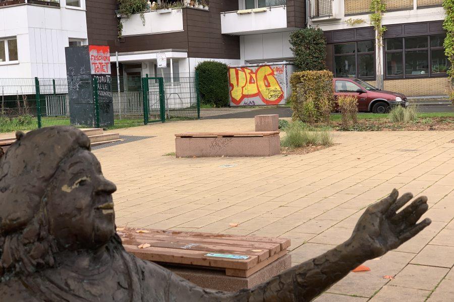 Tor am Tana-Schanzara-Platz (im Vordergrund: das Tana-Schanzara-Denkmal)