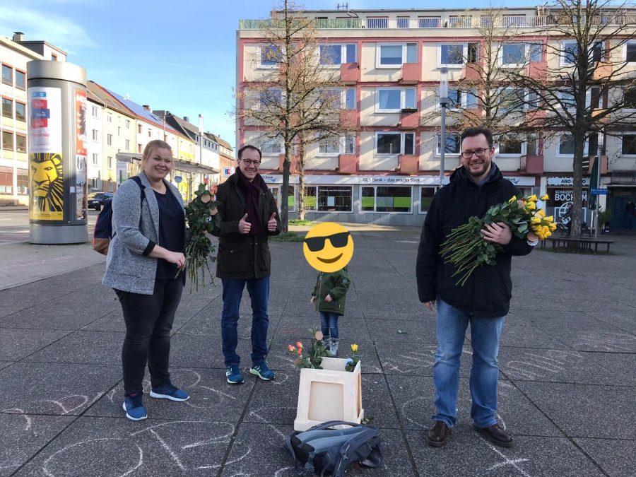 Verteilung der Rosen durch die SPD Bochum-Ehrenfeld - u.a. mit Helena, Sören, Alma und Christoph