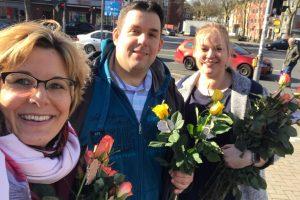 Verteilung der Rosen durch die SPD Bochum-Ehrenfeld - hier mit Simone, Jens und Helena
