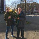 SPD Bochum-Ehrenfeld verteilt Rosen zum Valentinstags-Wochenende im Bochumer Ehrenfeld, hier mit Sören, Alma und Jens Matheuszik