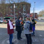 Vorbereitung der Verteilung der Rosen durch die SPD Bochum-Ehrenfeld mit Simone, Jens, Helena und Christoph