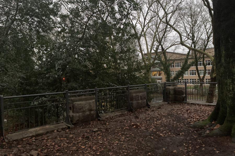 Balustrade im Rechener Park (Blick in Richtung Graf-Engelbert-Schule) im Bochumer Ehrenfeld (Terassenbauwerk an der Königsallee)
