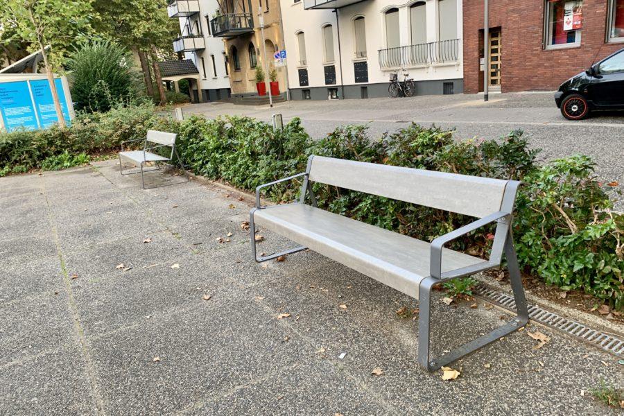 Zwei neue Bänke (von der SPD im Ehrenfeld gespendet) am William-Shakespeare-Platz