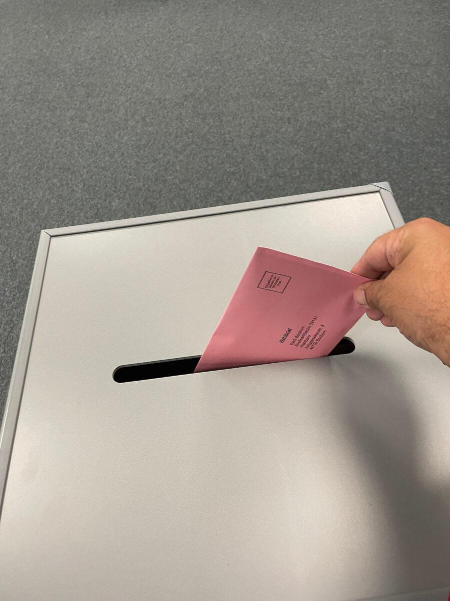 Stimmabgabe im Briefwahlbüro Bochum zur Bundestagswahl 2021
